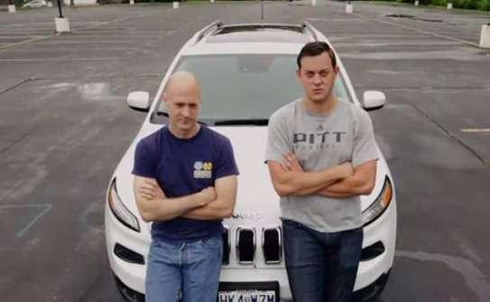 Charlie Miller (à gauche) et Chris Valasek (à droite) posent devant la Jeep Cherokee qu'ils ont réussi à pirater à distance. Ces deux chercheurs en sécurité militent pour que les constructeurs d'automobiles prennent mieux en compte les problématiques sécuritaires liées aux systèmes électroniques et de communication de leurs modèles. © Wired
