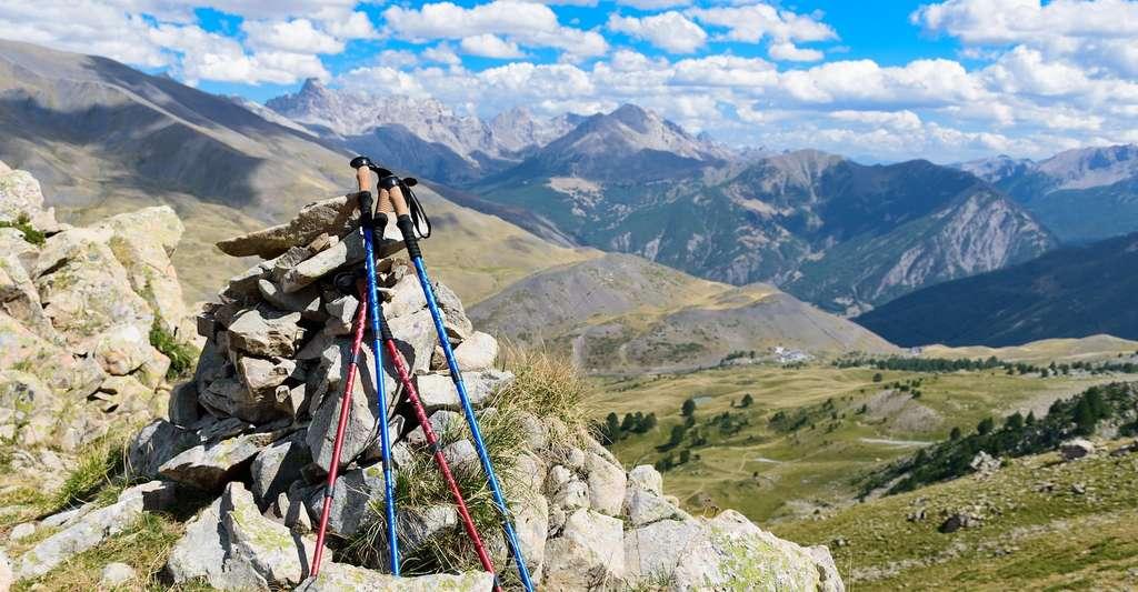 Les bâtons de randonnée sont utiles aussi bien pour la montée que pour la descente. © cripi, Pixabay, CC0 Creative Commons