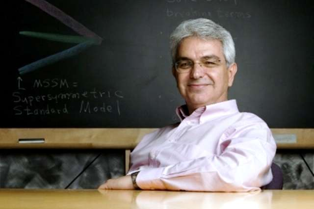 Le physicien Savas Dimopoulos est célèbre pour ses multiples contributions à la physique des hautes énergies. On lui doit notamment le Minimal Supersymmetric Standard Model (MSSM), la plus simple extension supersymétrique du modèle standard. Avec le physicien Nima Arkani-Hamed, on lui doit aussi la split supersymmetry, une autre extension supersymétrique du modèle standard. © Université Stanford