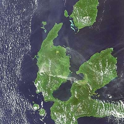 Le 9 juillet, à l'aide de son instrument Meris, Envisat a pris cette image du nord de l'île Halmahera. Le panache blanc s'étend sur 80 kilomètres vers l'ouest. © ESA