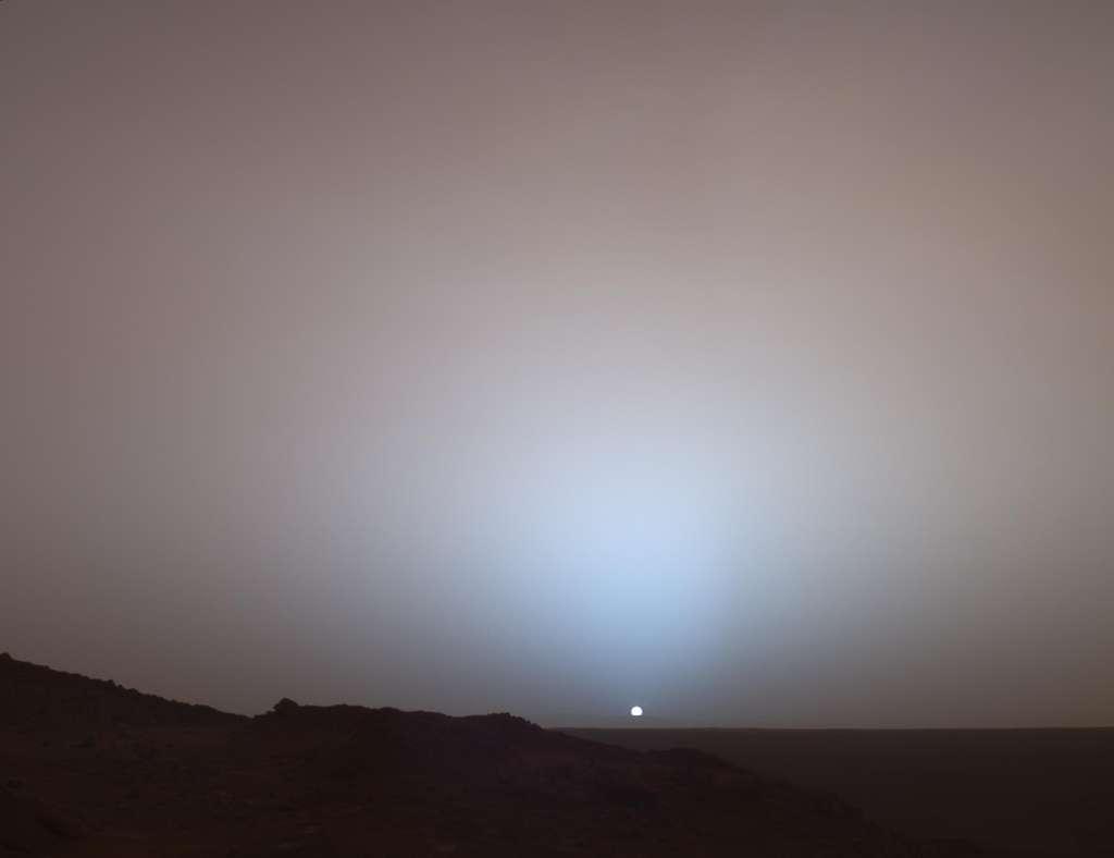 Magnifique coucher de Soleil photographié sur Mars par Spirit le 19 mai 2005 (489e sol). On distingue, à l'horizon, les « remparts » du cratère Gusev, distant de 80 kilomètres du rover. Sur Mars, le Soleil apparaît un tiers plus petit que depuis la Terre. © Nasa, JPL-Caltech, Texas A & M, université Cornell