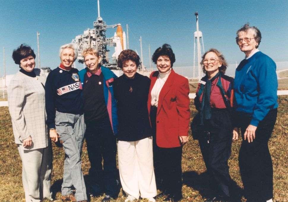 En 1995, les femmes encore en vie parmi celles qui formaient le groupe Mercury 13 se sont regroupées pour assister au décollage d'Eileen Collins, première pilote femme de vaisseau spatial. © Nasa