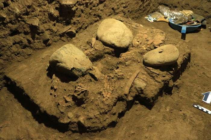 Excavation du squelette dans la grotte de Leang Panninge dont l'ADN a été analysé. © Hasanuddin University, Indonesia