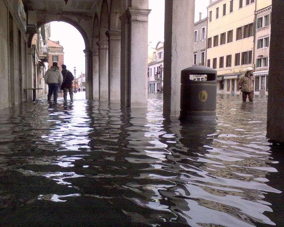 Le centre historique de Venise est parfois inondé à cause des marées. Ici, l'Acqua alta du 1er décembre 2008. © Abbag, Wikipédia, GNU 1.2