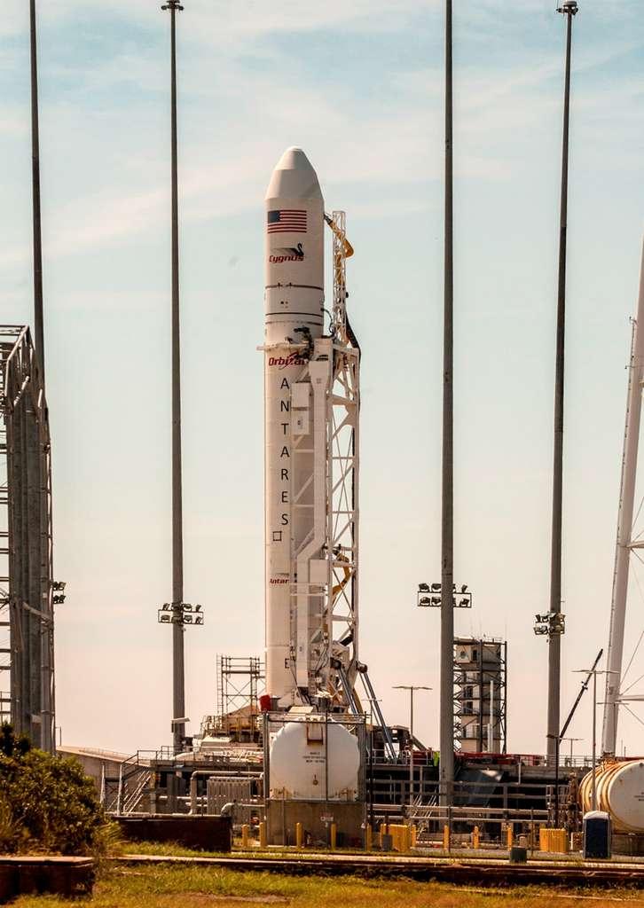Le lanceur Antares, avec Cygnus dans sa coiffe, sur son pas de tir du centre de lancement de Wallops. Si rien ne perturbe les préparatifs du lancement et le compte à rebours, le tir est prévu le 18 septembre. © Orbital Sciences