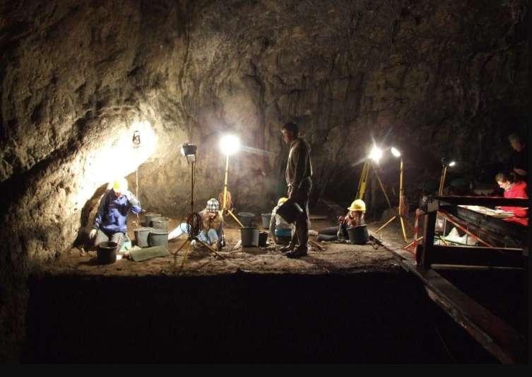 Les chercheurs faisant des fouilles dans la caverne de Ciemna en Pologne, où des phalanges de Néandertal ainsi que des outils ont été découverts. © Paweł Valde-Nowak
