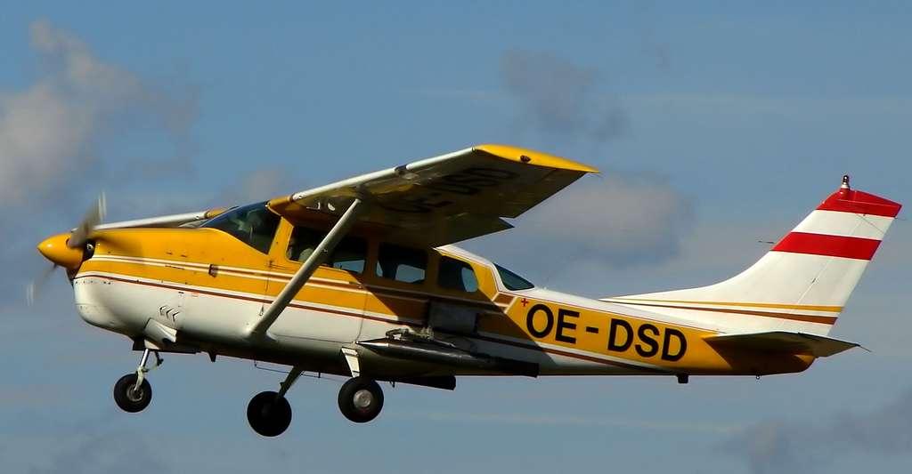 Cessna 210, équipé d'un générateur d'iodure d'argent pour l'ensemencement des nuages. © Christian Jansky, CC BY-SA 2.5