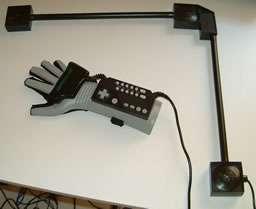 Le Power Glove, de Nintendo, sorti en 1989, est un objet culte pour les adeptes de la réalité virtuelle « de garage ». © DR