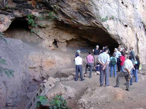 Une visite à l'intérieur de la grotte de Taforalt, où les niveaux cendreux supérieurs correspondent aux dépôts archéologiques « ibéromaurusiens » (25.000 BP-10.000 BP).