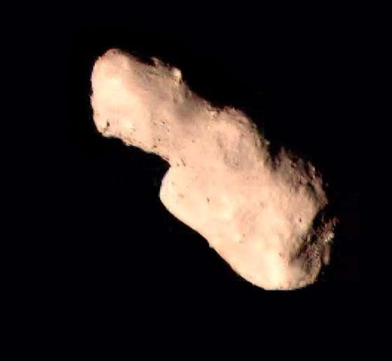 L'astéroïde Toutatis, de 4,6 km de long pour 2,4 km de large, vu pour la première fois d'aussi près. À première vue, l'absence de grands cratères d'impacts est surprenante. © CNSA