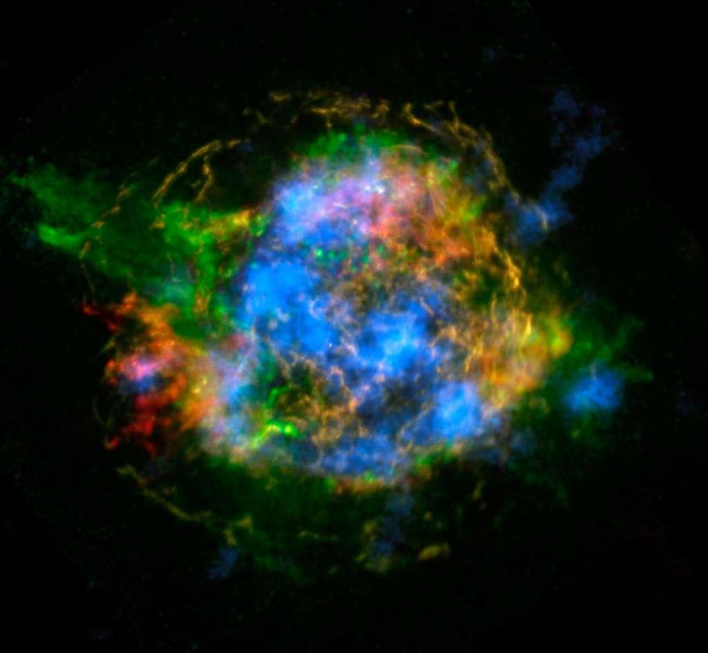 Les restes de la supernova à l'origine de Cassiopée A présentent des aspects différents quand on les observe en cherchant des traces bien spécifiques des émissions dans le domaine des rayons X de certains éléments. Ici, en rouge, les émissions des atomes de fer et, en vert, celles du silicium et du magnésium chauffés par l'explosion de la supernova. En bleu, ce sont les émissions des noyaux de titane 44 radioactifs. Ils proviennent sans ambiguïté du cœur de l'étoile avant son explosion. © Lawrence Livermore National Laboratory