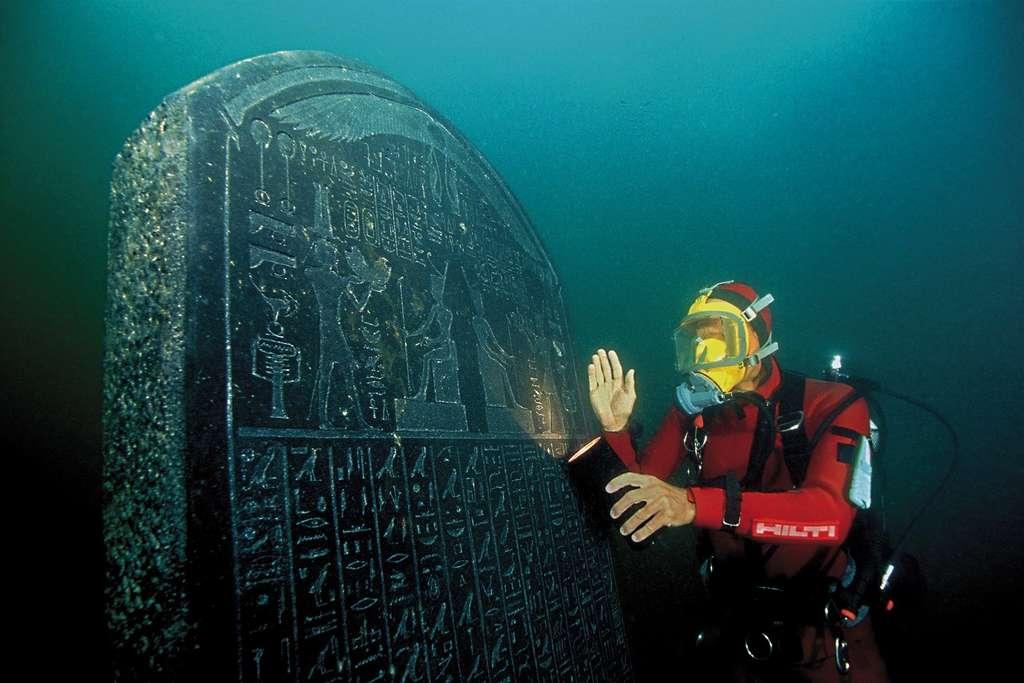 Une stèle découverte dans la baie d'Aboukir a permis de déterminer que Thônis et Héracléion étaient les noms égyptien et grec d'une même ville. © Christoph Gerigk