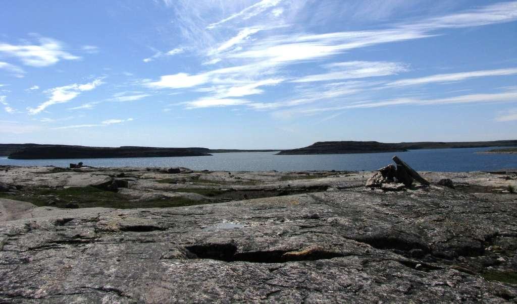Les plus vieux fossiles ont-ils été trouvés au Québec ? La découverte en 2008 de roches vieilles de 4,28 milliards d'années a repoussé de 300 millions d'années l'âge des plus anciens vestiges de la croûte terrestre. On les a trouvées dans le nord du Québec, le long de la côte de la baie d'Hudson, à 40 km au sud d'Inukjuak, dans une région baptisée « Ceinture de roches vertes de Nuvvuagittuq ». La découverte a été faite par Jonathan O'Neil et Don Francis, de l'université McGill, en compagnie de leurs collègues Richard W. Carlson (Carnegie Institution for Science de Washington, D.C.) et Ross K. Stevenson, professeur à l'université du Québec, à Montréal (UQAM). À présent, des chercheurs affirment y avoir découvert des microfossiles âgés d'au moins 3,77 milliards d'années. © Université McGill