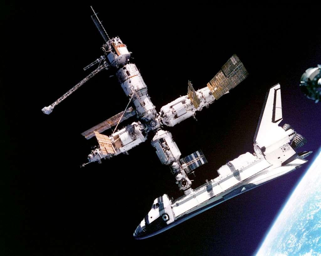 La navette Atlantis amarrée à la station russe Mir, en juillet 1995. © Nasa