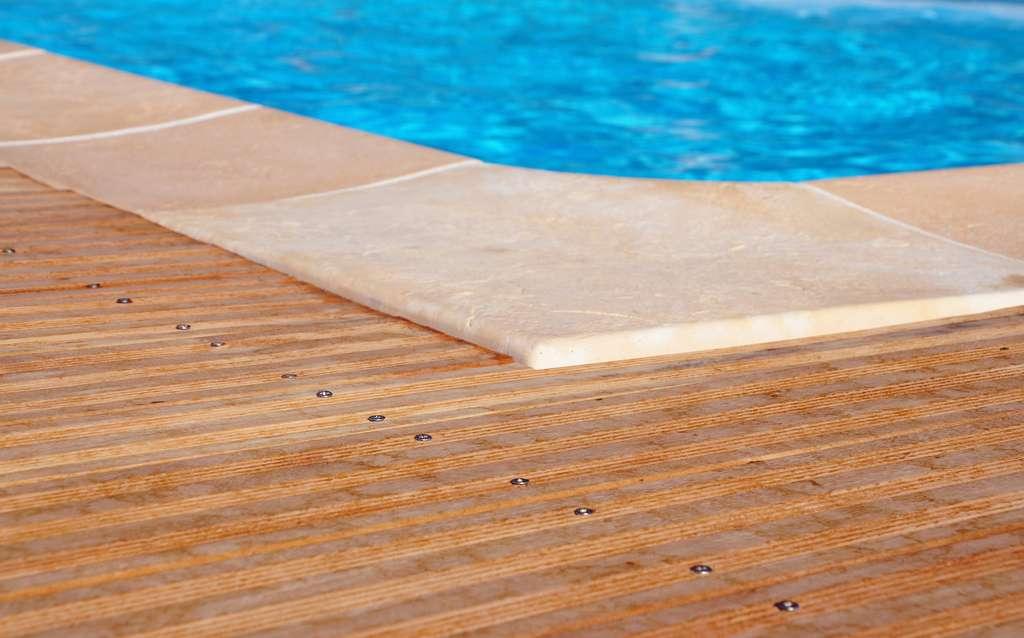 Le dallage autour de la piscine, une autre alternative pour offrir de jolies finitions à votre piscine. © Pixabay
