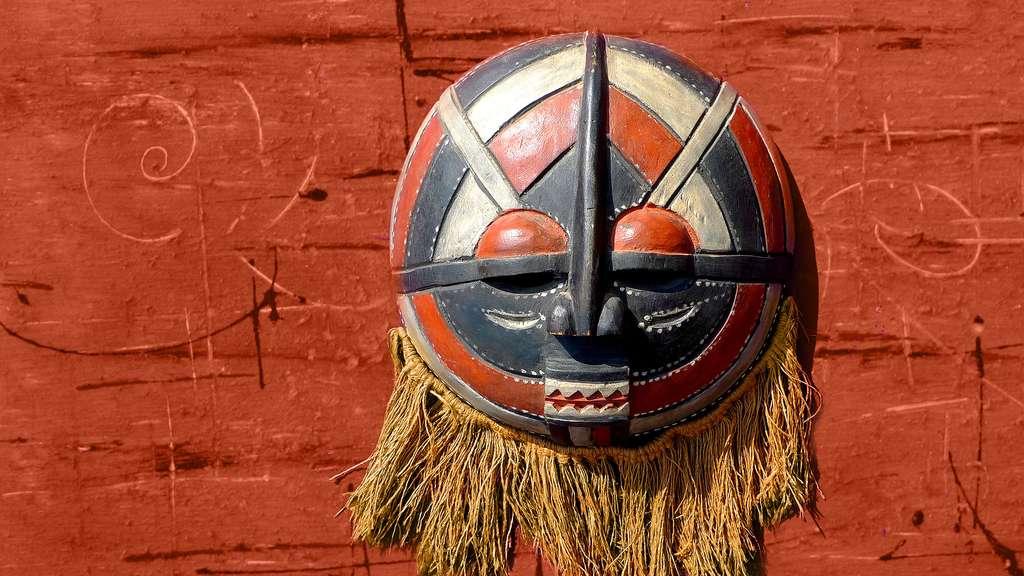 Masque rond du Cameroun