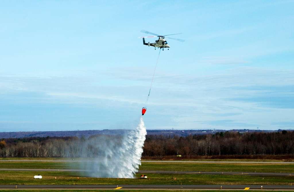 Le largage du bombardier d'eau autonome K-Max a été guidé avec précision par le drone Stalker. © Lockheed Martin