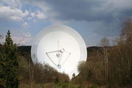 Cliquez pour agrandir. Le radiotélescope d'Effelsberg. Crédit : Max-Planck-Institut für Radioastronomie