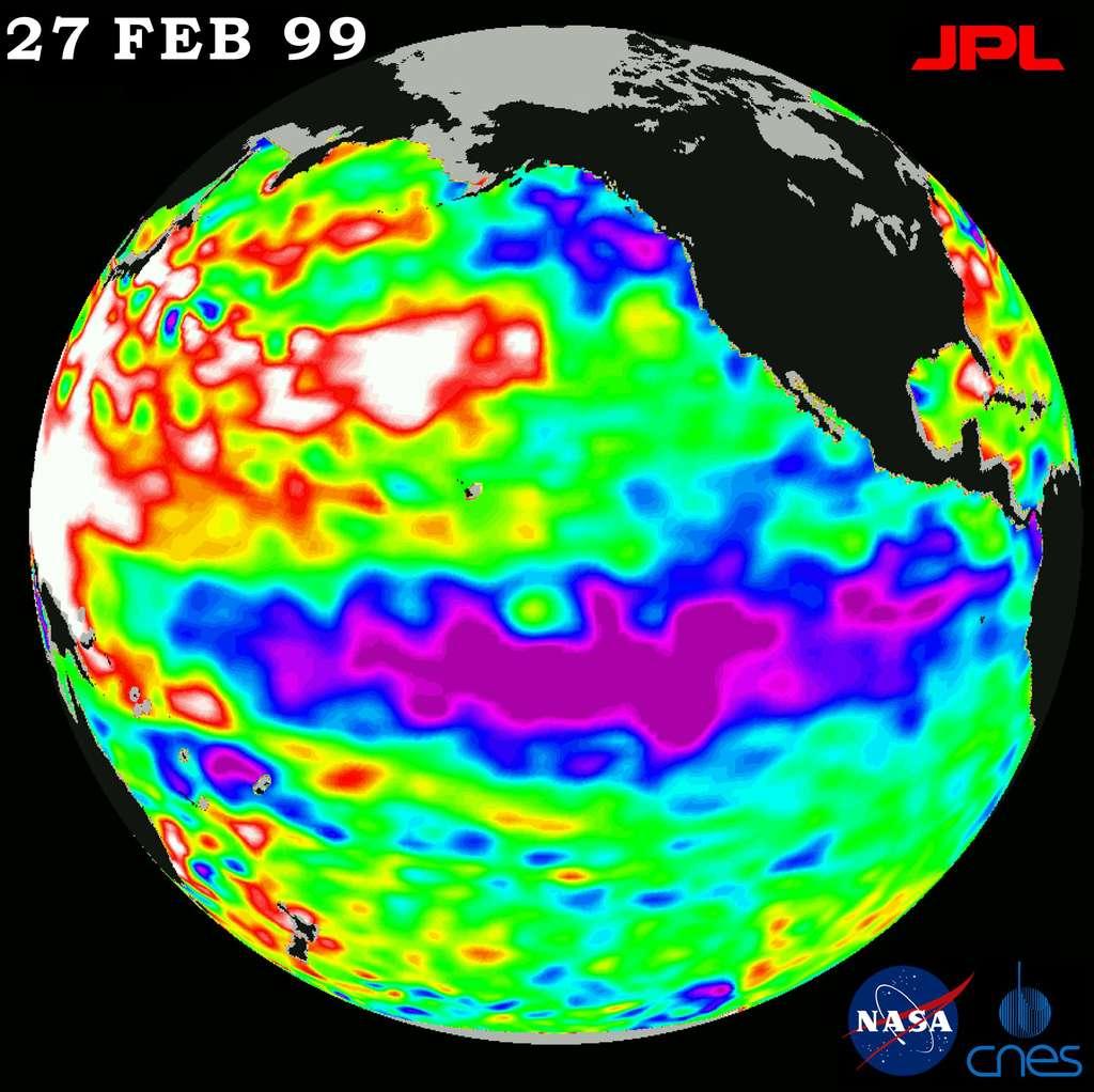 La Niña observée par le satelliteTopex-Poseidon en février 1999. Les couleurs indiquent le niveau de la mer par rapport à la moyenne, donc également la température. Les zones froides sont associées à un niveau plus bas. On les voit ici représentées en bleu et en mauve, à l'ouest du Pacifique, tandis que des eaux chaudes (en jaune et rouge) circulent à l'est, du côté de l'Australie. © Nasa, JPL
