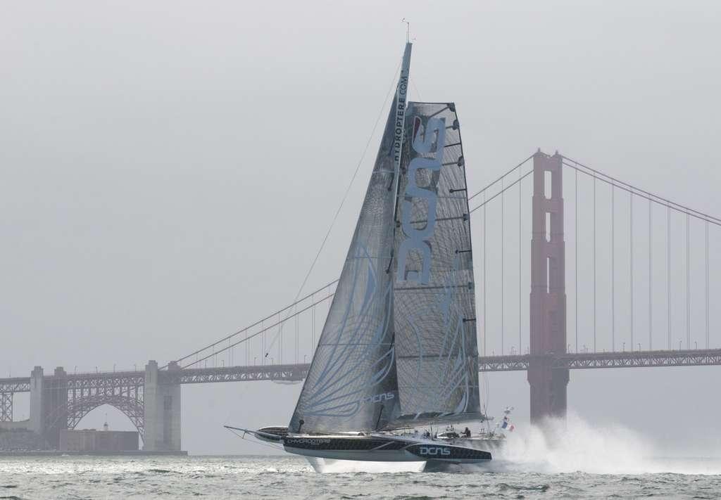 L'Hydroptère DCNS dans la baie de San Francisco, à pleine vitesse, soulevé par ses deux foils à 45°. © Érik Simonson