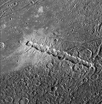 Une chaîne de cratères sur la lune de Jupiter Ganymède (Crédits : NASA/JPL)