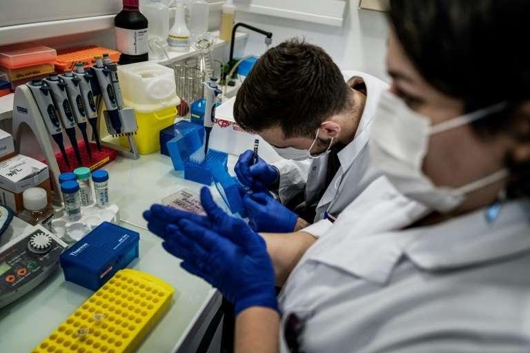 Des chercheurs étudient des échantillons du virus pour détecter des variants, au laboratoire de l'hôpital de la Croix Rousse, à Lyon, le 14 janvier 2021. © Jeff Pachoud, AFP
