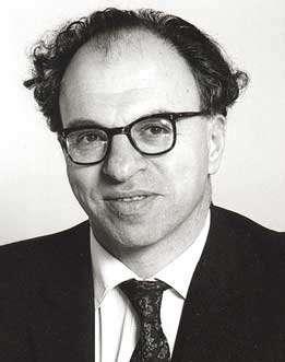 Hermann Bondi (1919–2005) était un mathématicien et un cosmologiste austrobritannique. Il est connu pour avoir développé avec Fred Hoyle et Thomas Gold la théorie de l'univers stationnaire abandonnée au profit de la théorie du Big Bang. Mais on lui doit aussi d'importants travaux sur les ondes gravitationnelles et l'accrétion de la matière par des astres. © Rationalist International