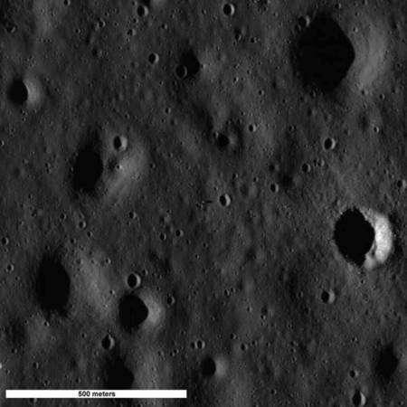 Le site d'atterrissage d'Apollo 11. Au centre est visible une ombre, allongée vers la droite : c'est celle du premier étage de Eagle, le LM. Cliquer sur l'image pour l'agrandir. Crédit : Nasa/Goddard Space Flight Center/Arizona State University