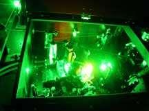 Le type de laser employé dans les expériences est similaire à celui utilisé dans la spectroscopie par diffusion Raman. Ces deux images montrent ceux utilisés par les chercheurs de l'Université John Hopkins. Crédit : Johns Hopkins Kimmel Cancer Center