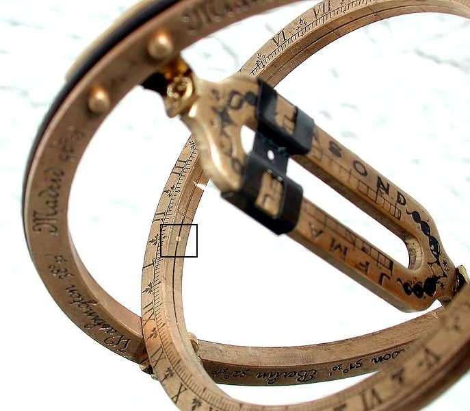 Lorsqu'il est correctement aligné, l'instrument laisse passer la lumière du Soleil à travers la réglette. Un petit point de lumière (encadré) tombe alors sur l'anneau équatorial, indiquant ici qu'il est 13 h 30. © jailbird, CC by-sa 2.0 de