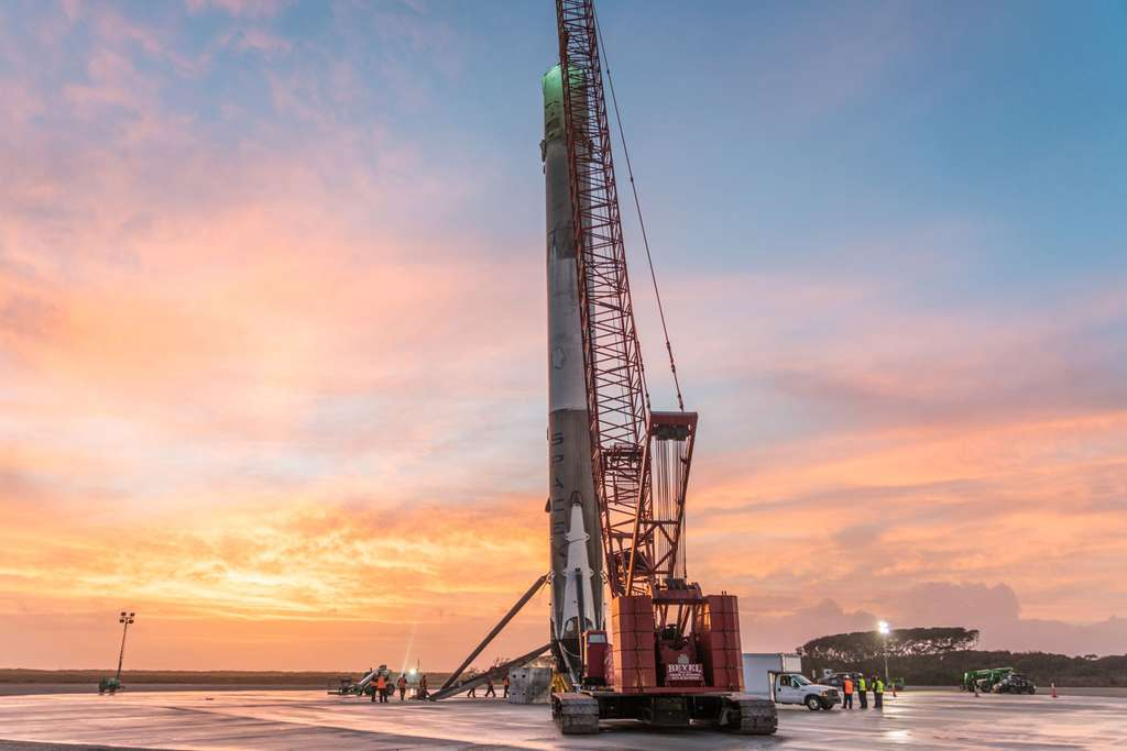 Trois jours après son retour sur terre, l'étage principal du Falcon 9 est ramené dans le hangar de SpaceX, récemment construit au sein de Cap Canaveral (à proximité du complexe de lancement 39A). © SpaceX
