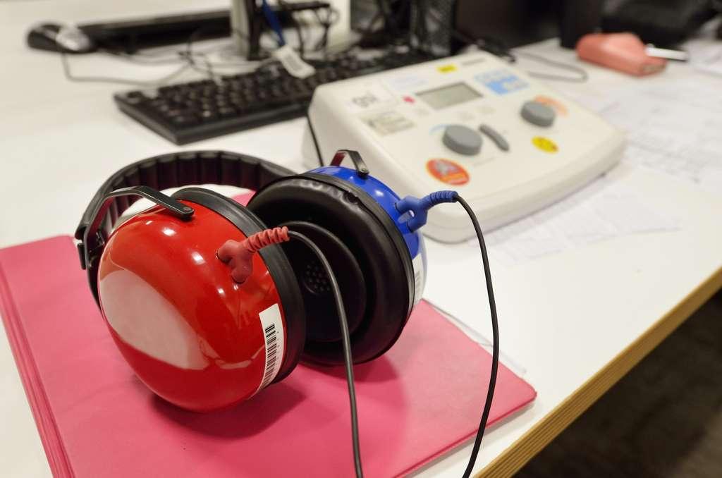 L'acousticien dispose de plusieurs outils de travail (sonomètre, casque…) afin de contrôler le niveau des nuisances sonores. © Rafael Ben-Ari, Fotolia.
