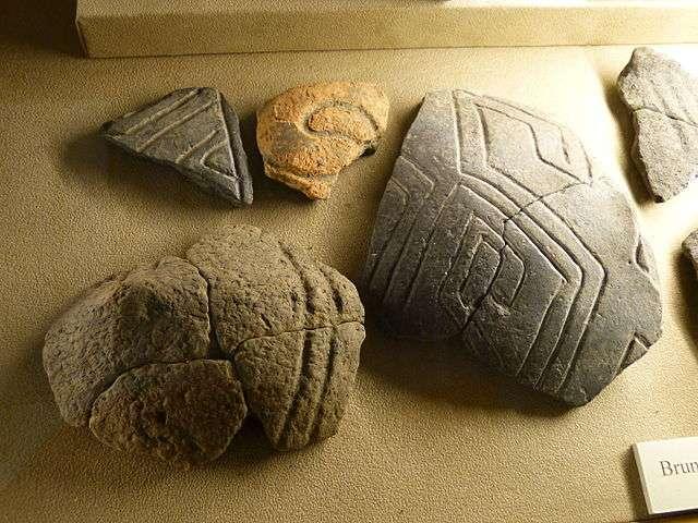 Tessons de poterie typiques de la culture de la céramique rubanée. © Wolfgang Sauber, Wikimedia commons, CC 3.0