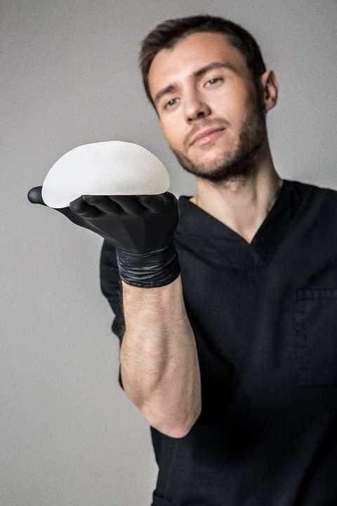 Les modèles en silicone pour l'augmentation mammaire sont directement prêts à l'emploi. © Medicalys