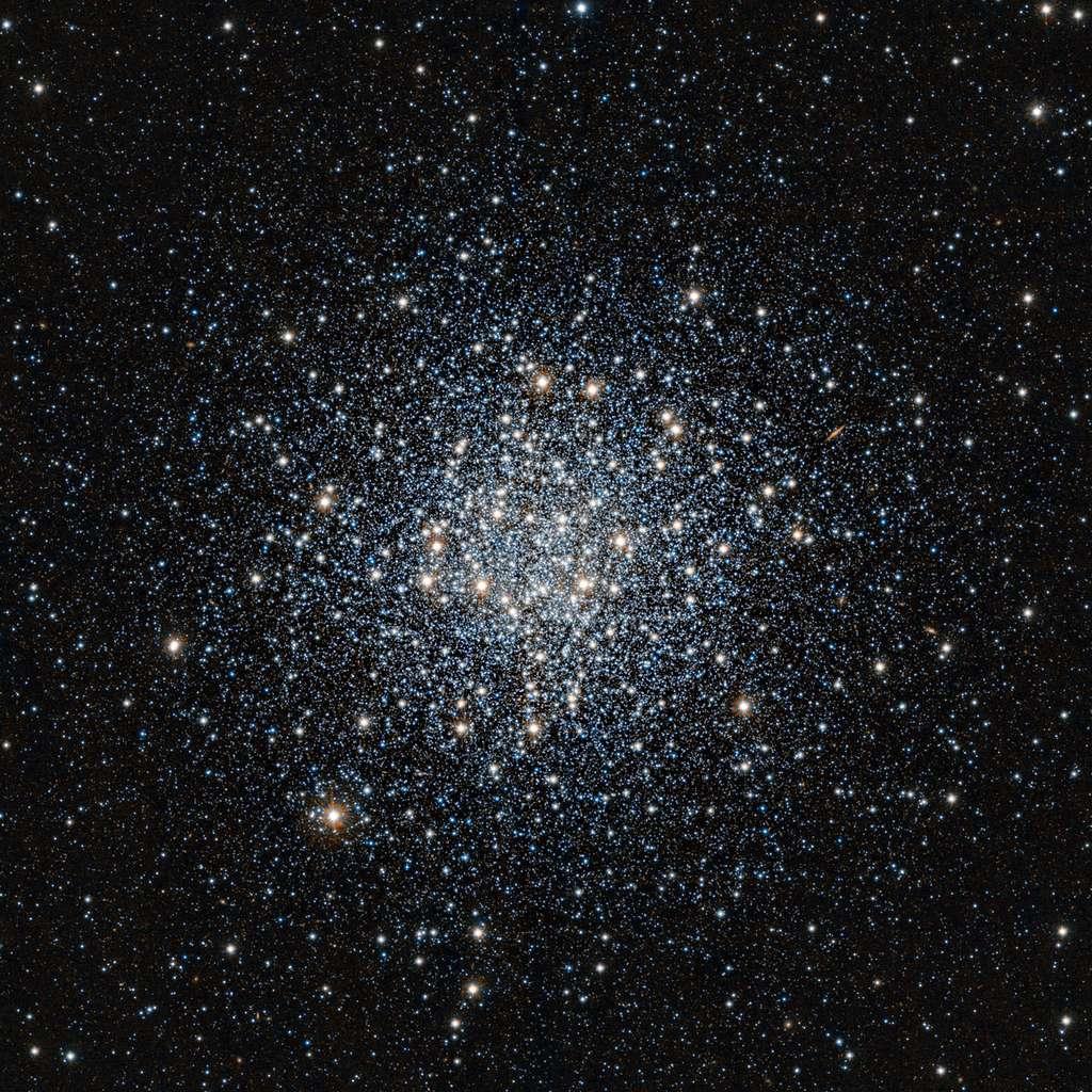 Cette magnifique vue de l'amas globulaire Messier 55 dans la constellation du Sagittaire a été obtenue en lumière infrarouge avec le télescope VISTA dédié aux sondages de l'univers à l'Observatoire de Paranal de l'ESO au Chili. Cette grande boule composée de vieilles étoiles se situe à environ 17 000 années-lumière de la Terre. © ESO, J. Emerson, Vista, Cambridge Astronomical Survey Unit