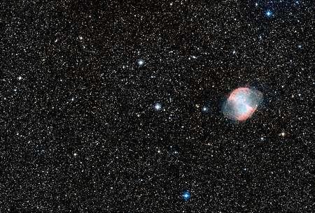 Cliquez pour agrandir. Au centre l'étoile autour de laquelle gravite HD 189733 b et à droite la nébuleuse de l'Haltère, M27. Crédit : Nasa, Esa, Digitized Sky Survey 2, Davide De Martin (Esa/Hubble)
