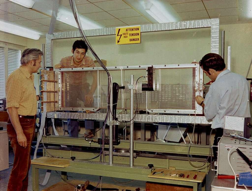 À gauche, Georges Charpak devant une chambre proportionnelle multifils en cours de réalisation. © Cern