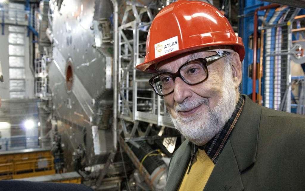 L'un des pères du mécanisme de Brout-Englert-Higgs, le prix Nobel de physique François Englert, a été photographié alors qu'il visitait l'un des deux détecteurs géants de particules du Cern, Atlas. Ce même détecteur a fourni des indications sérieuses de l'existence d'au moins un mode de désintégration du boson de BEH en deux tauons, des leptons qui ressemblent à l'électron mais beaucoup plus lourds. Comme prévu par le modèle standard, le champ de BEH expliquerait les masses des fermions, et pas seulement celles des bosons du modèle électrofaible. © Claudia Marcelloni, Cern