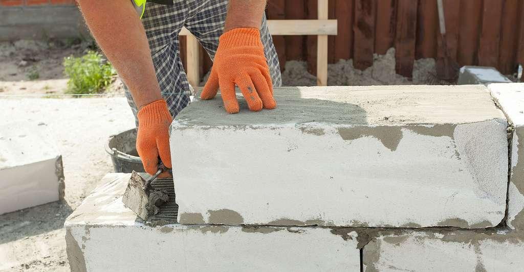 Construction d'un mur en béton cellulaire. © Brizmaker, Shutterstock