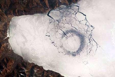 Image prise le 25 avril 2009 depuis l'ISS au moyen d'un appareil Nikon 2DXs équipé d'une optique de 400 mm. Cliquer pour agrandir. Crédit Nasa