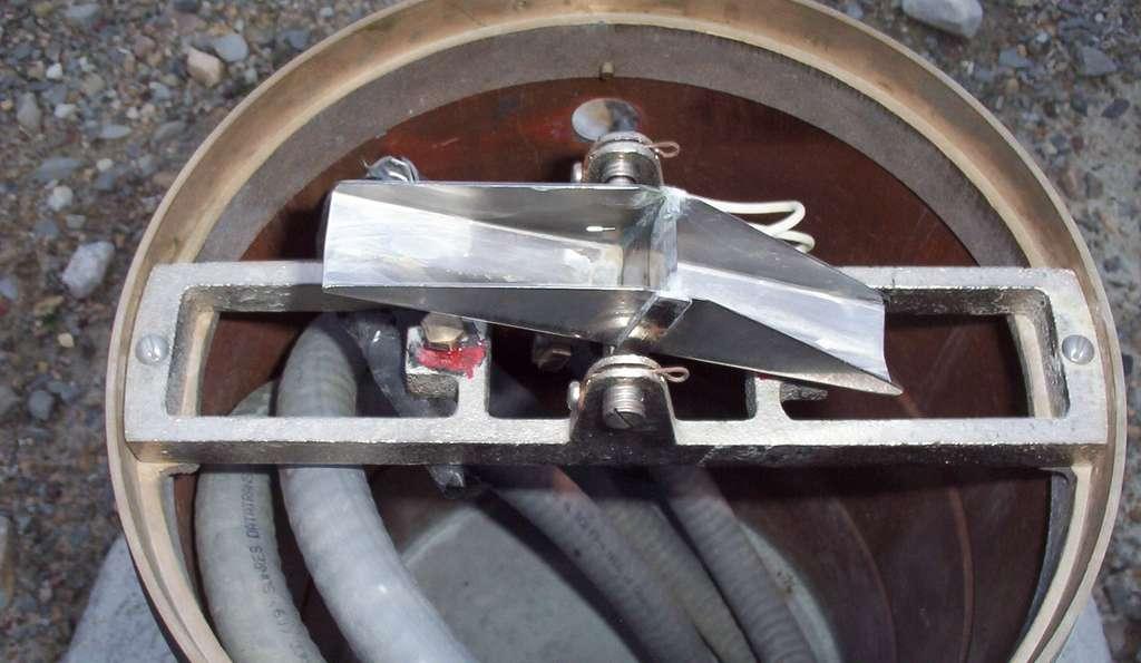 Sur cette photo, le mécanisme d'un pluviomètre à augets basculants. CambridgeBayWeather, Wikipédia, DP