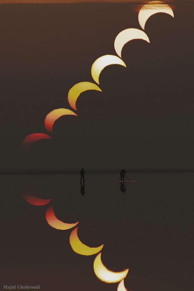 L'éclipse de Soleil qui se reflète sur le lac salé de Soltan en Iran. © Majid Ghobroodi, Nasa, Apod