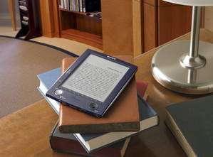 Le Sony Reader et son homologue papier. © Sony
