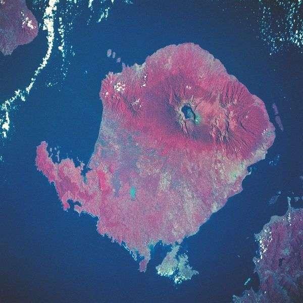 L'île indonésienne de Lombok, dont le volcan Rinjani est visible dans sa partie supérieure, fait partie de l'archipel de la Sonde. Elle présente une superficie de 4.739 km2. © Nasa, Wikimedia Commons, DP