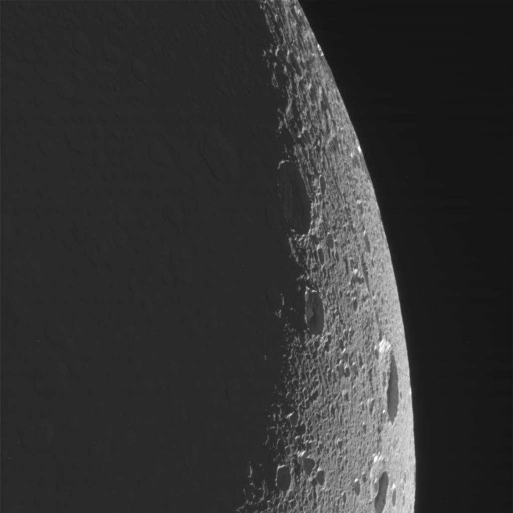 Quelques cratères à la surface de Dioné. Le satellite est éclairé par la lumière solaire réfléchie par Saturne. © Nasa/JPL/SSI/J. Major
