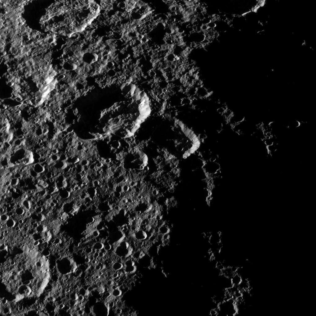 Zoom sur la surface de Rhéa