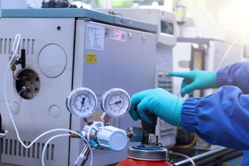 Une chromatographie est effectuée grâce à un chromatographe. Il sépare différentes substances d'un mélange. Qu'il soit gazeux ou liquide, selon la spécificité de la machine. © Tanewpix4289, Adobe Stock