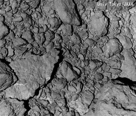 Détail de la surface d'Itokawa, partie recouverte de rochers. Crédit Université de Tokyo / JAXA.