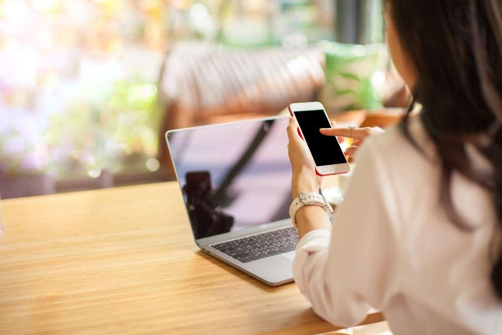 Comment faire pour afficher l'écran de son smartphone sur son PC ? © Morakot, Adobe Stock