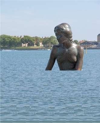 En décembre 2009, la petite sirène de Copenhague a réalisé que, oui, le niveau des océans allait monter... © elv / Flickr - Licence Creative Commons (by-nc-sa 2.0) - Montage Futura-Sciences